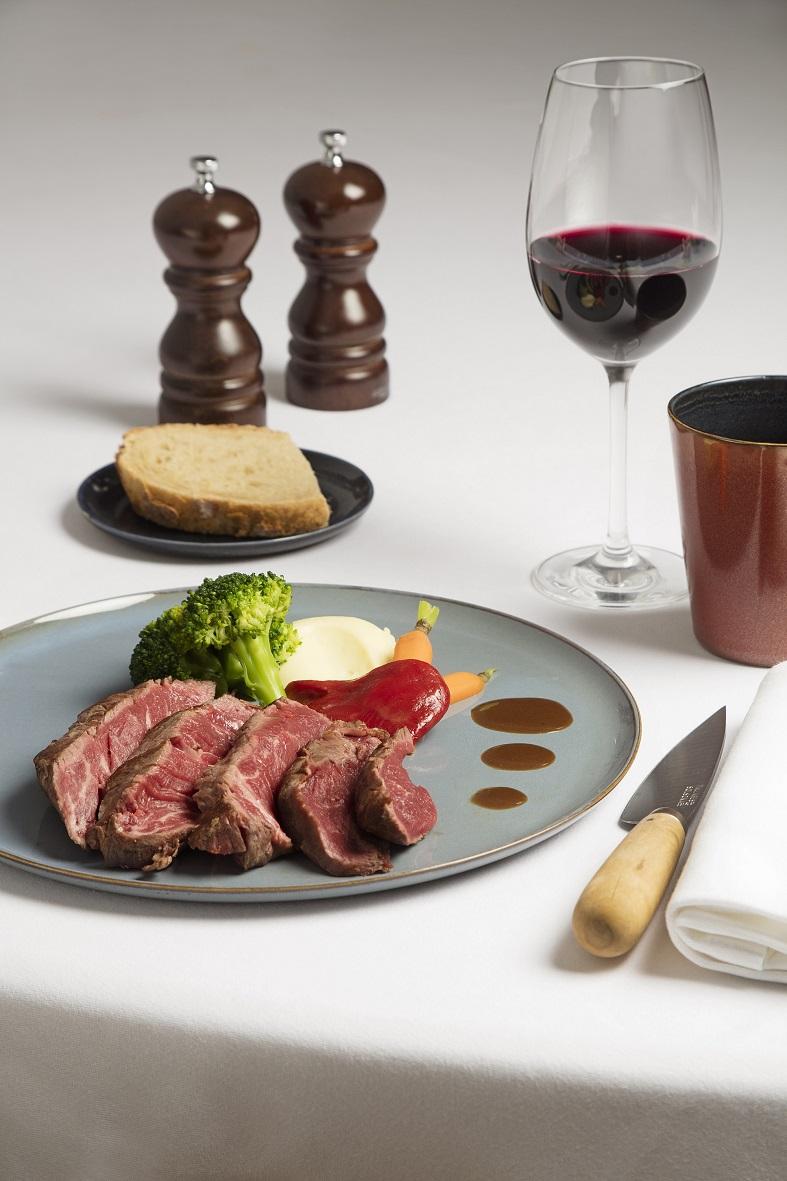 Carne al peso (Salers, Charolesa, Frisian, Rubia Gallega, Buey), guarniciones, salsas, vino en Restaurante Solomillo